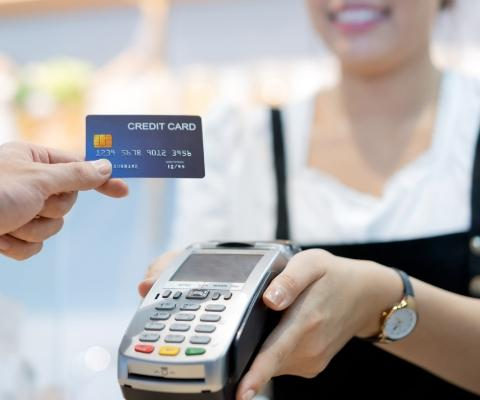 Osoba płacąca kartą